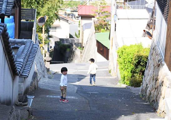 坂道を走る子ども