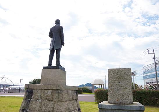 宇野港建設の父檜垣直右像