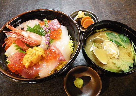 新鮮な魚介類満載の海鮮料理