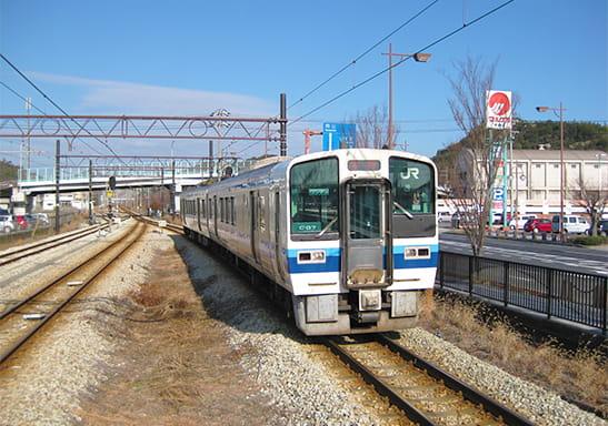 宇野駅に停車した電車