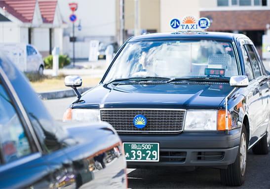 宇野駅前に停車しているタクシー