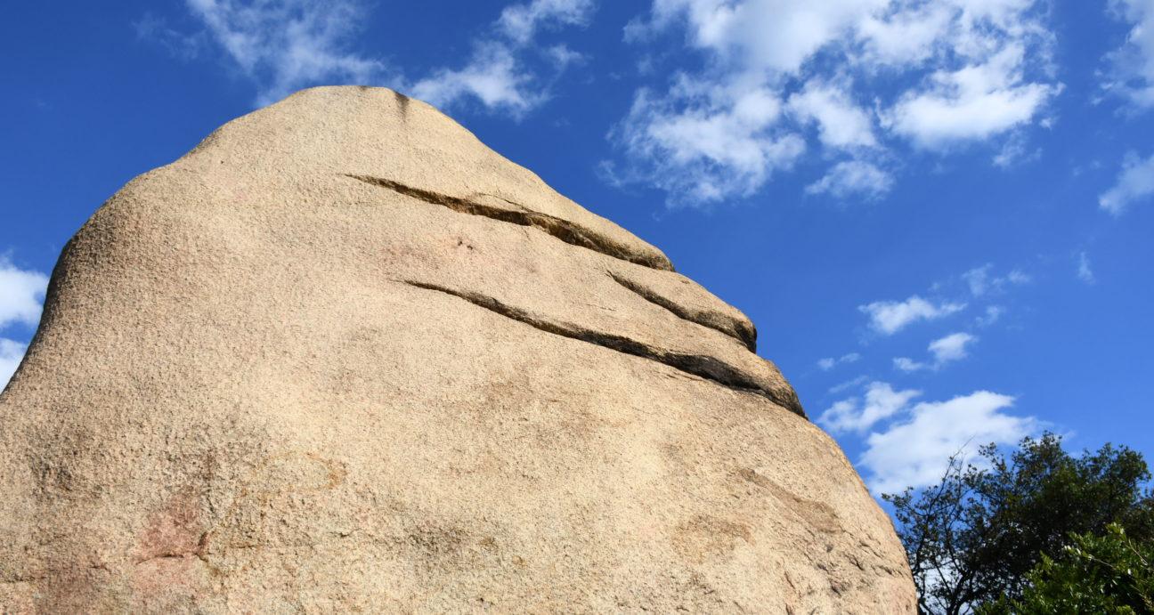 どっしりそびえたつにこにこ岩