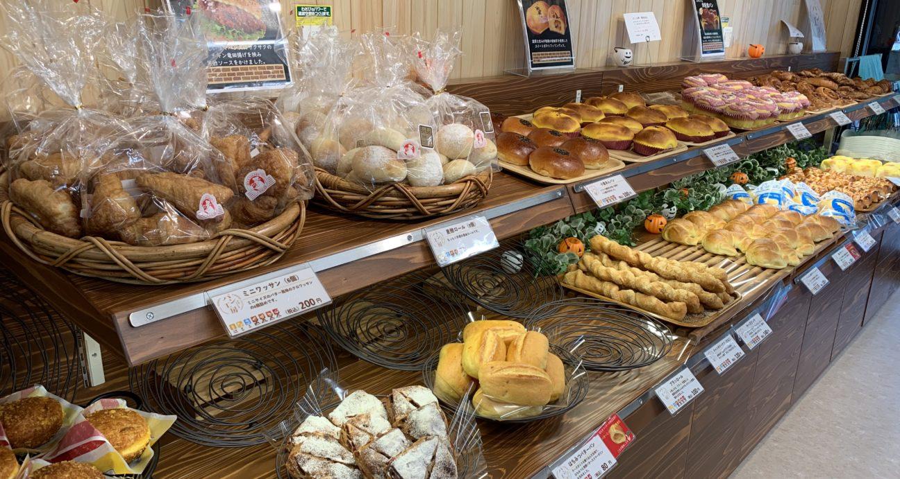 焼き立てのパンが並べられたみやまパン工房