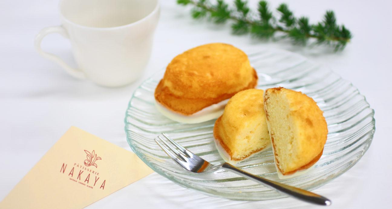 美味しそうにお皿に盛り付けられたレモンケーキ