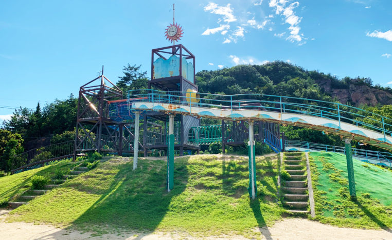 大きな遊具がそびえたつ田井みなと公園の冒険広場
