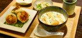 香ばしく焼きあがった焼き小籠包と投入スープ