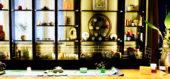 様々な茶器や小物を飾ったお茶席カウンター