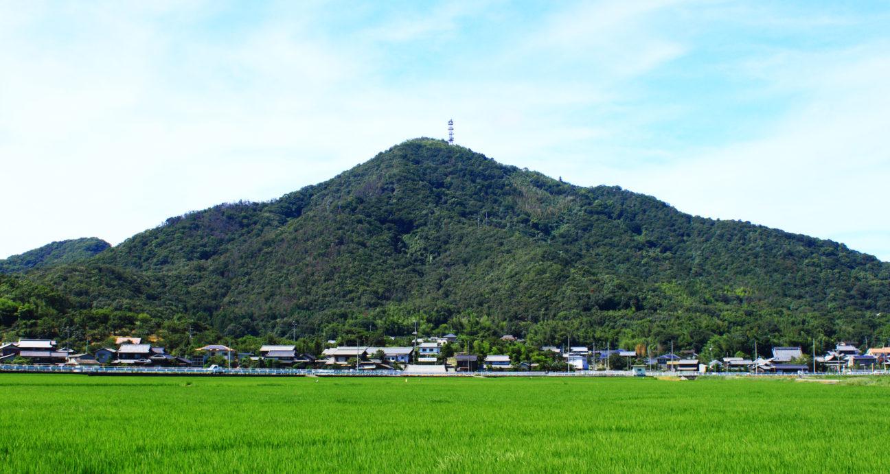 立派にそびえたつ児島富士常山