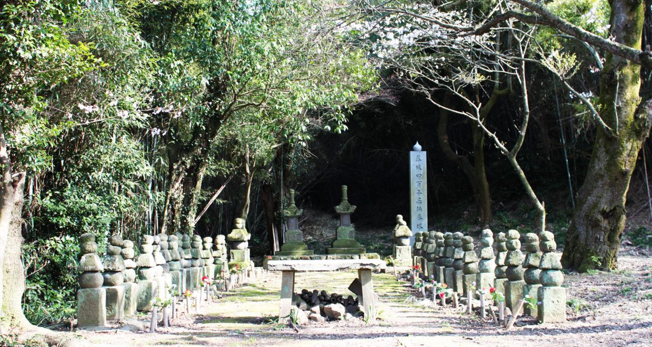 静かにたたずむ女軍の墓