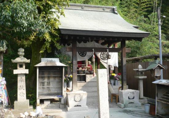 緑に囲まれた与太郎神社