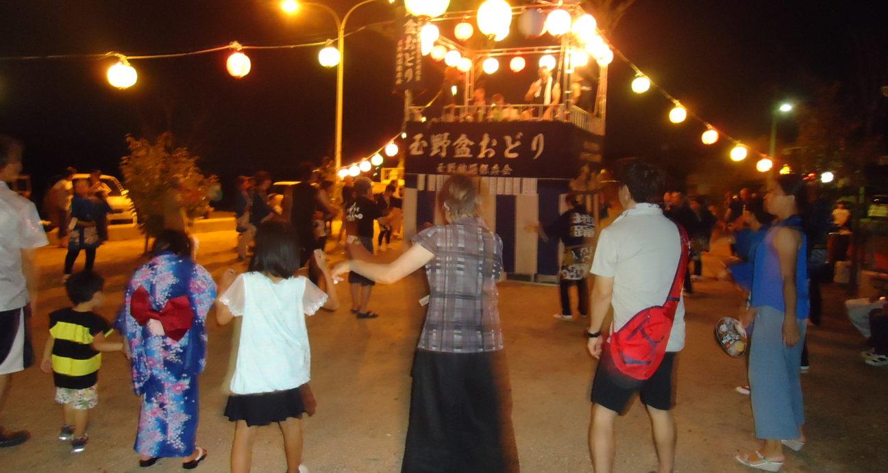 盆踊りを踊る参加者