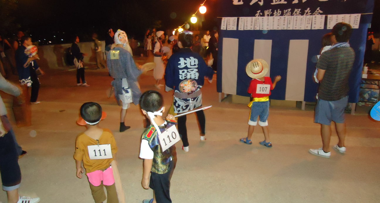 仮装して踊る参加者