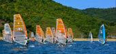 風に乗って海をかけめぐるボードセーリング