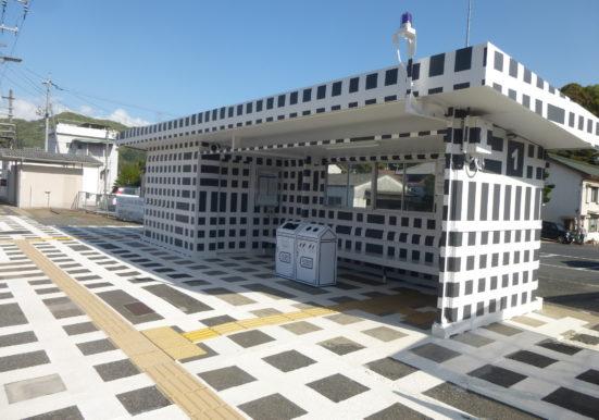 ホームと駅舎がアート化された八浜駅