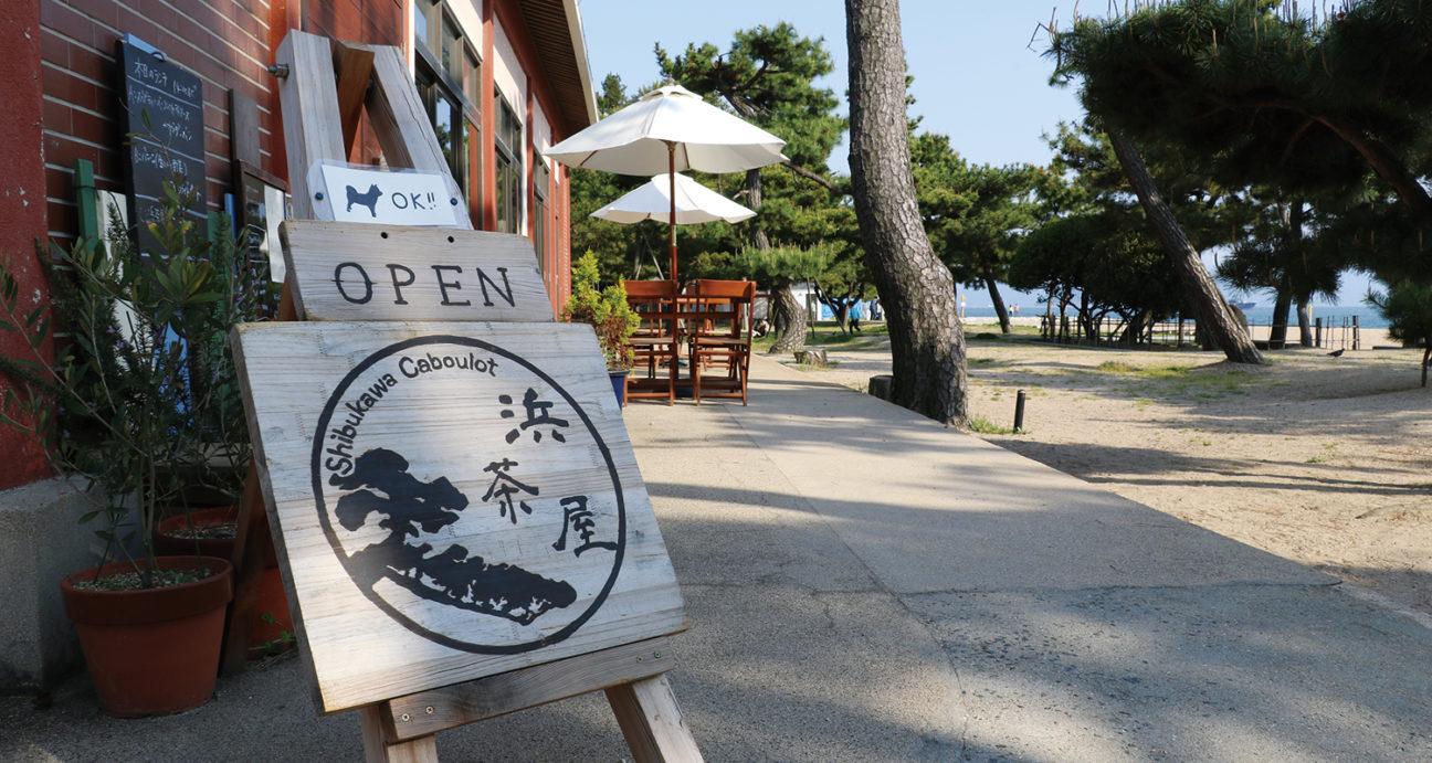 渋川海岸の松林の中にある浜茶屋