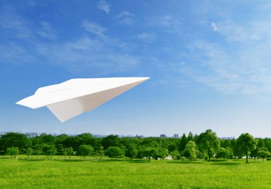 紙飛行機が空を飛ぶ様子