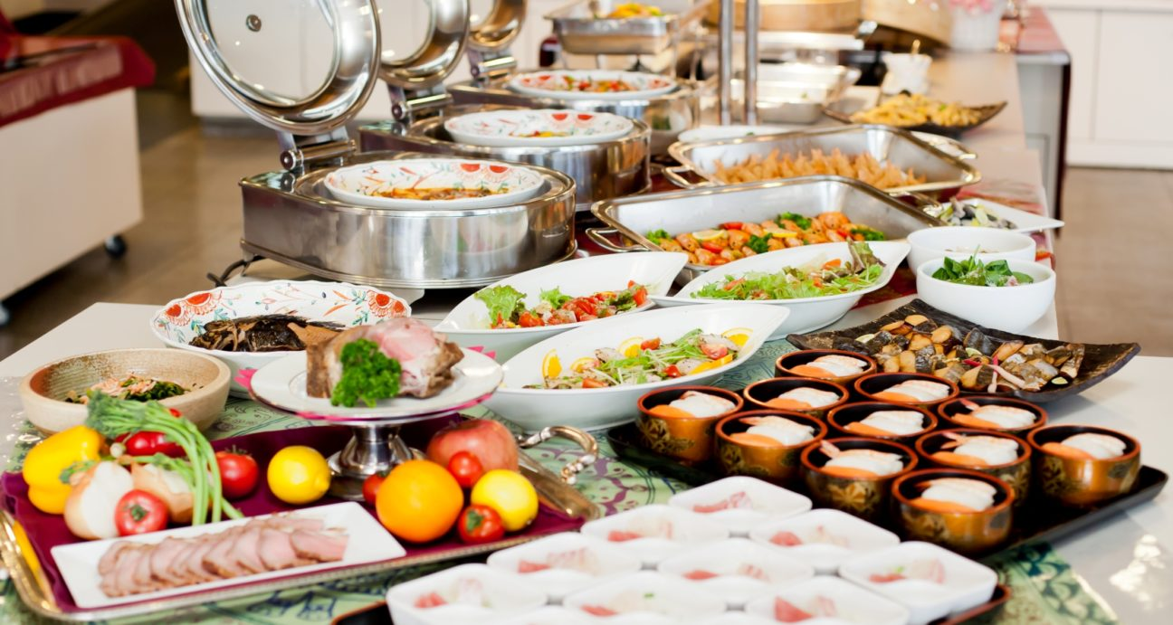 豪勢な料理が並べられたバイキング会場