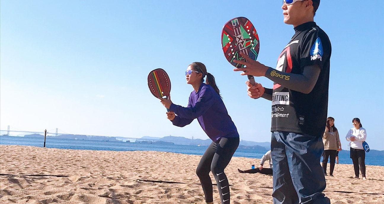 ビーチテニスを楽しむ参加者