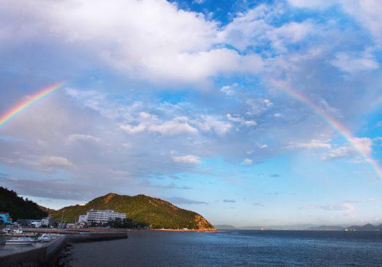 大きな虹がかかった渋川海水浴場