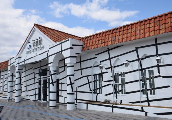 アートでデコレーションされた宇野駅