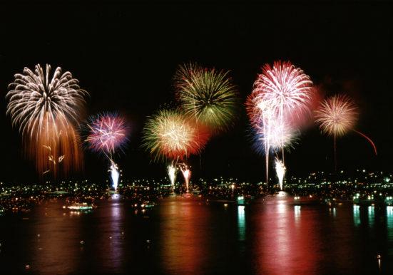 海上花火の競演