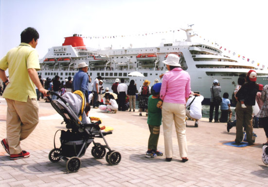 出港を見送る人々