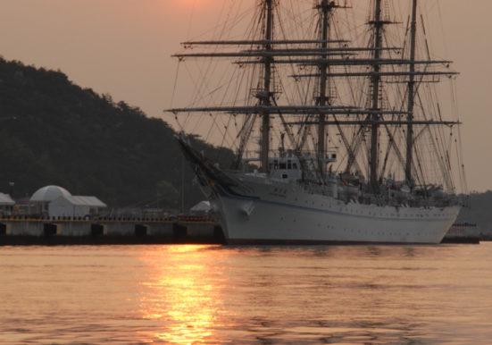 夜明けの帆船