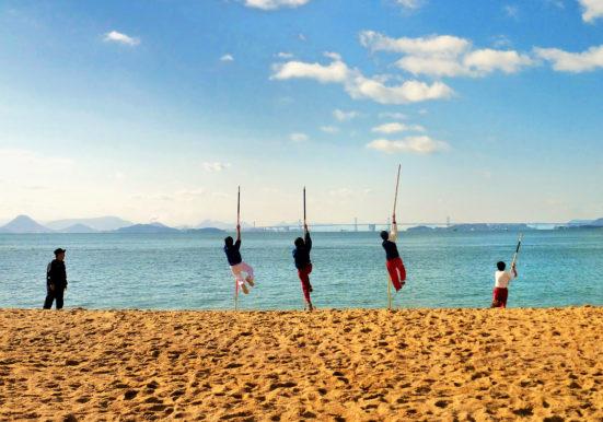 大海に向かってジャンプ