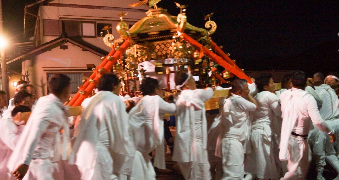 神輿を引く参加者