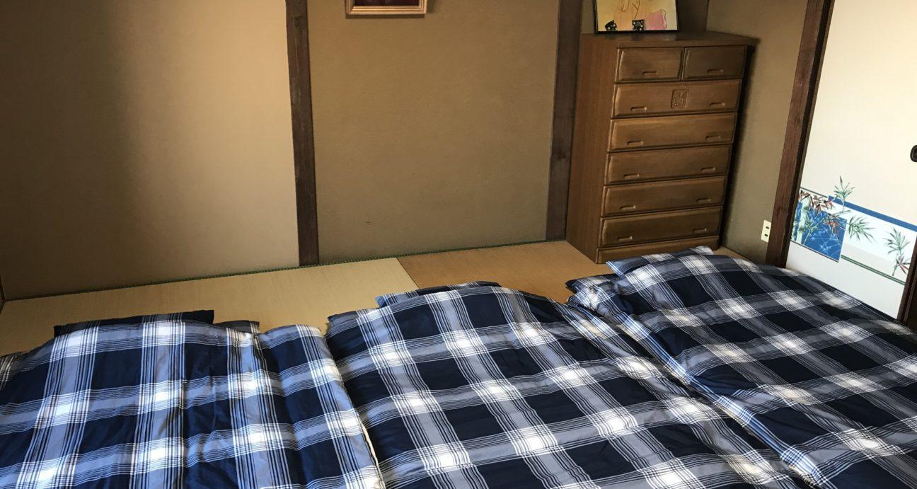 布団が敷かれたロベルトウノの和室