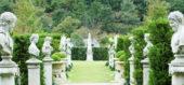 イギリス庭園内の石像が並んだ回廊
