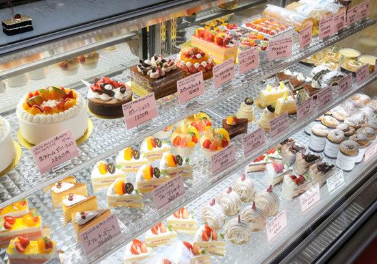 ショーケースに並べられたたくさんのケーキ