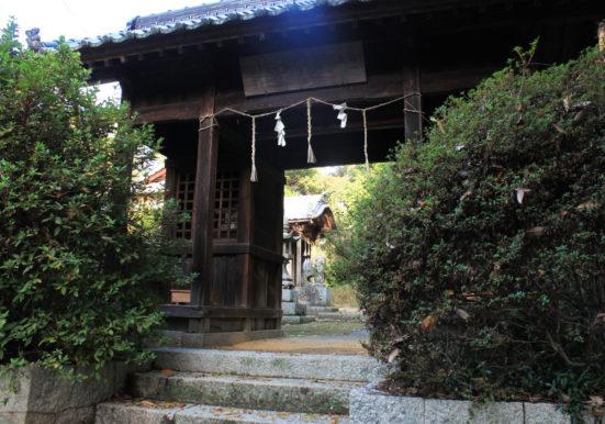 樹々に囲まれた大崎八幡宮の入口