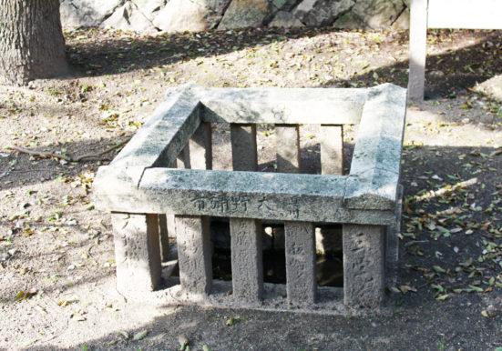 清水の湧く硯井井戸