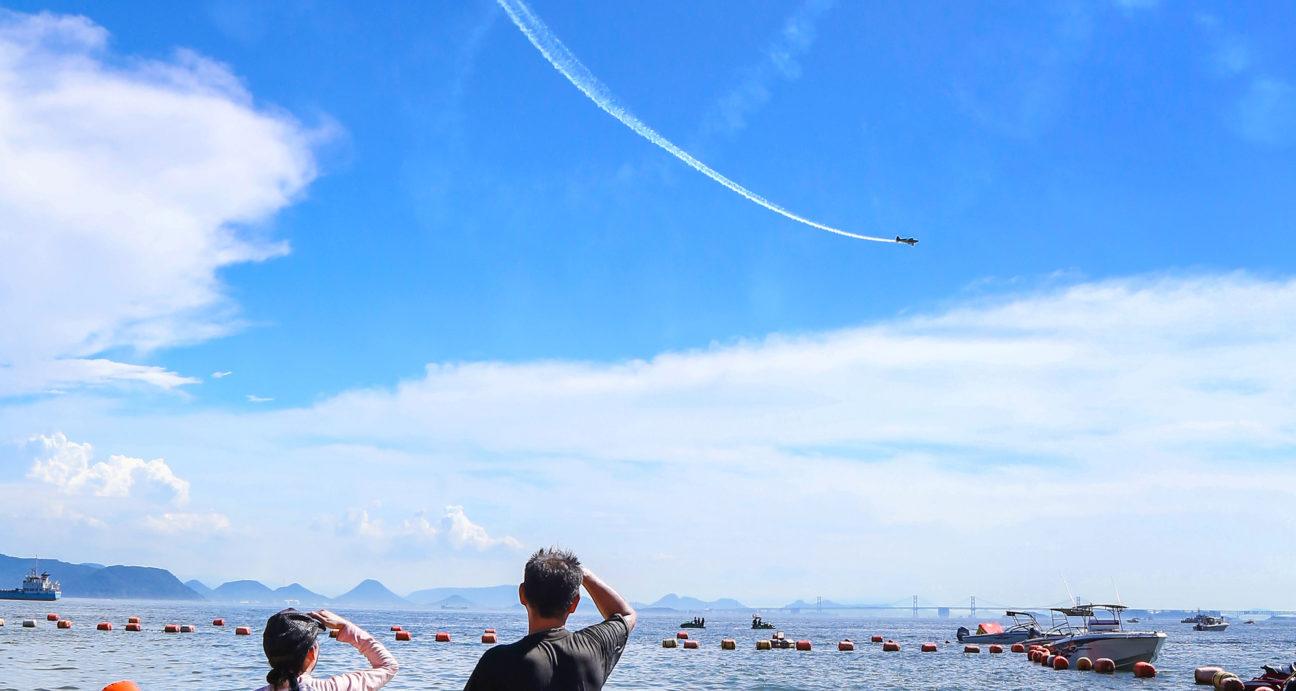 空を飛ぶアクロバット飛行ショー