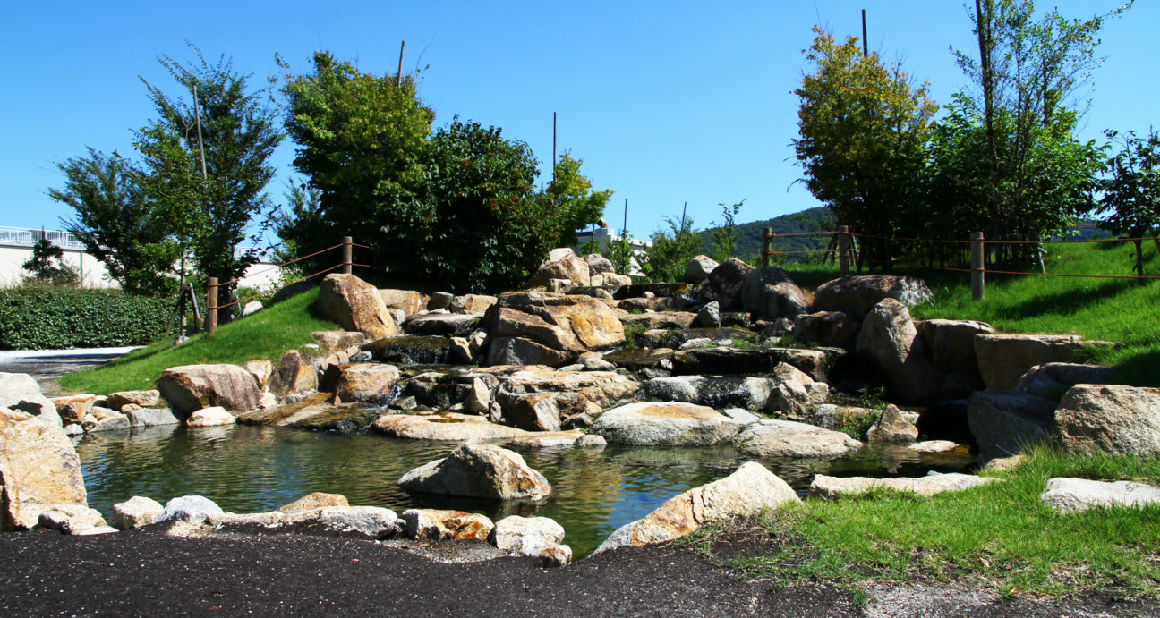 公園内に設置された立派な滝