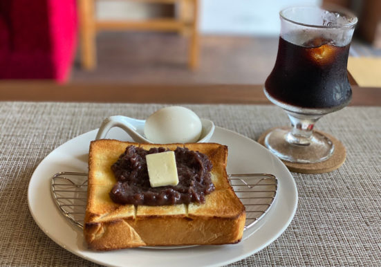 焼き立て小倉トーストとアイスコーヒー