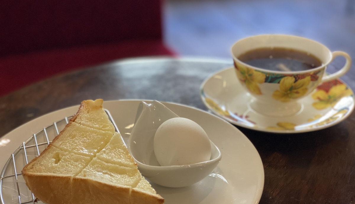 ホットコーヒーと焼き立てトースト