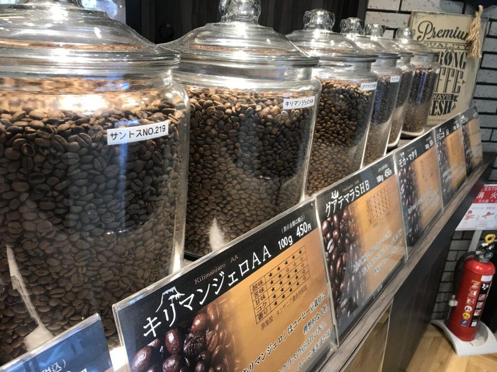 珈琲豆の入ったケースが並んだ時代屋の店先